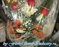 букет роз в упаковочном льне
